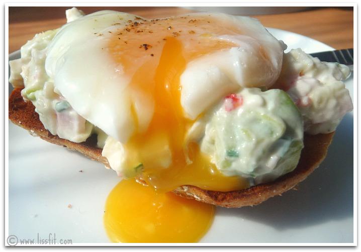 Maffig och nyttig frukost: Avokado- och crabsticksallad med pocherade ägg på rostadbröd