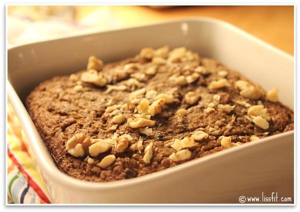 Fiberrikt och näringsrikt Chia-Bananbröd med rå kakaonibs ochvalnötter