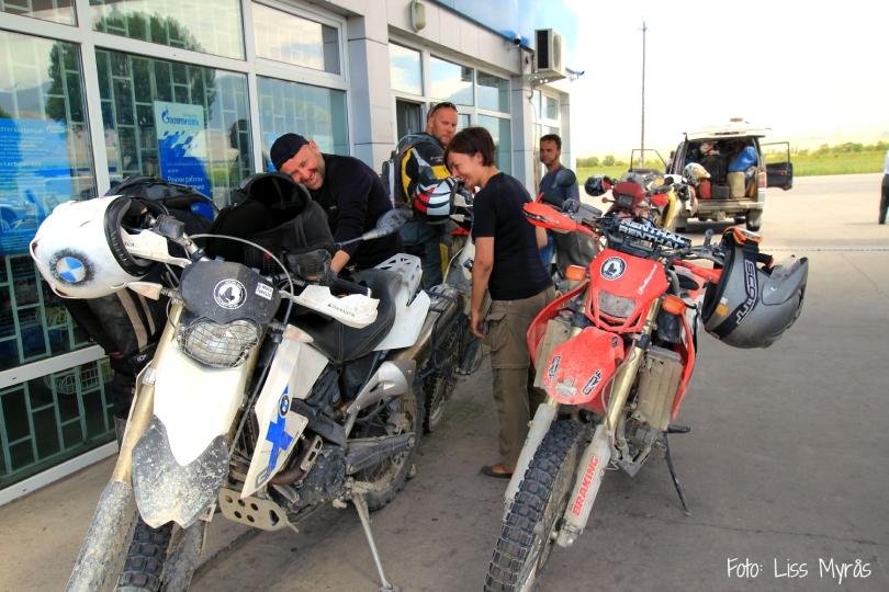 polish offroaders that met 2 snow leoaprd hunters in tajikistan