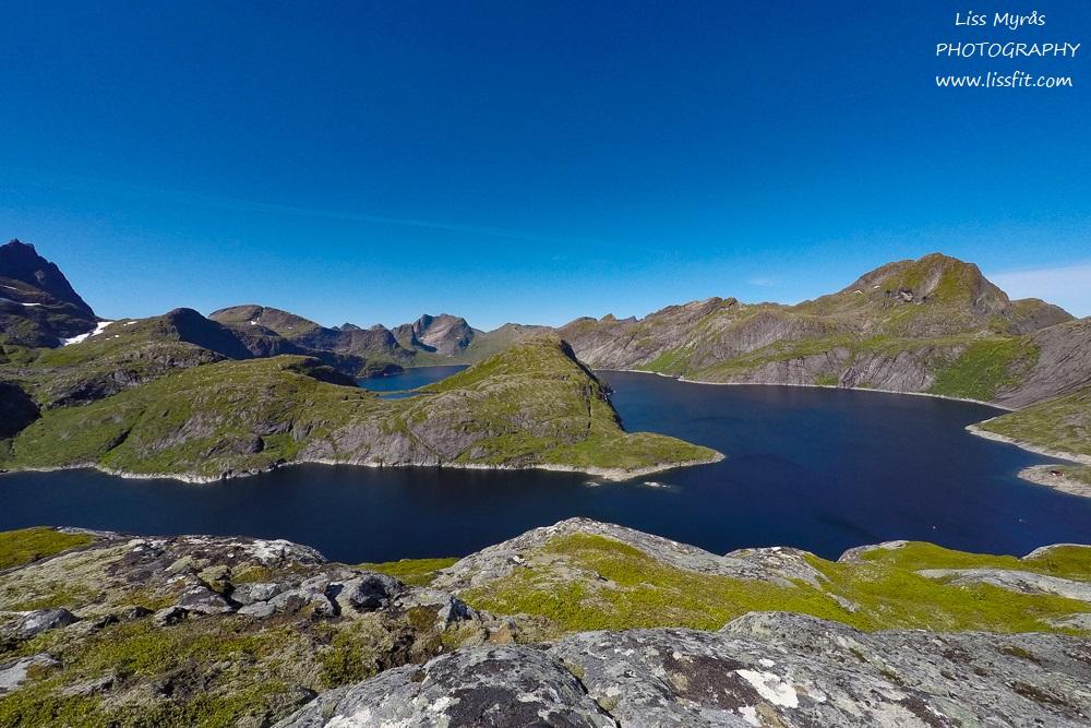 behind-reine-panoramic-view-solbjornvatnet-mountains-landscape-okstind-travel.
