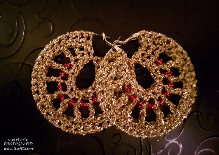 crochet earrings hoop creoler golden gull garn red christmas perler pearls handmade gifts