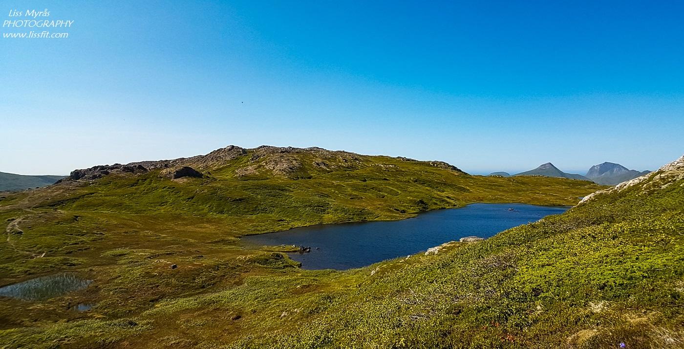 Justadtinden hike topptur scenic views mountain landscape lakes Vestvågoy Justadheia Lofoten Norway